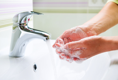 Моет руки.