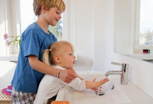 Моют руки.
